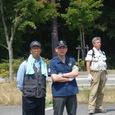 本栖湖駐車場で参加者のバス降車を待つ野口健さん