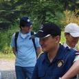 青木が原樹海現地で参加者と談笑の野口健さん